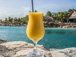 op vakantie gaan en daiquiri drinken