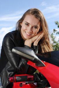 vrouw op motor gekocht met lening